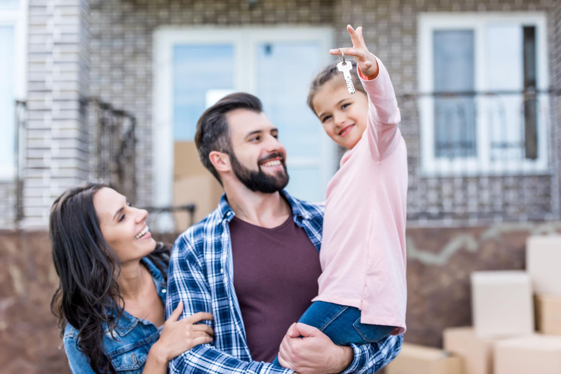 Familie zieht in neues Haus