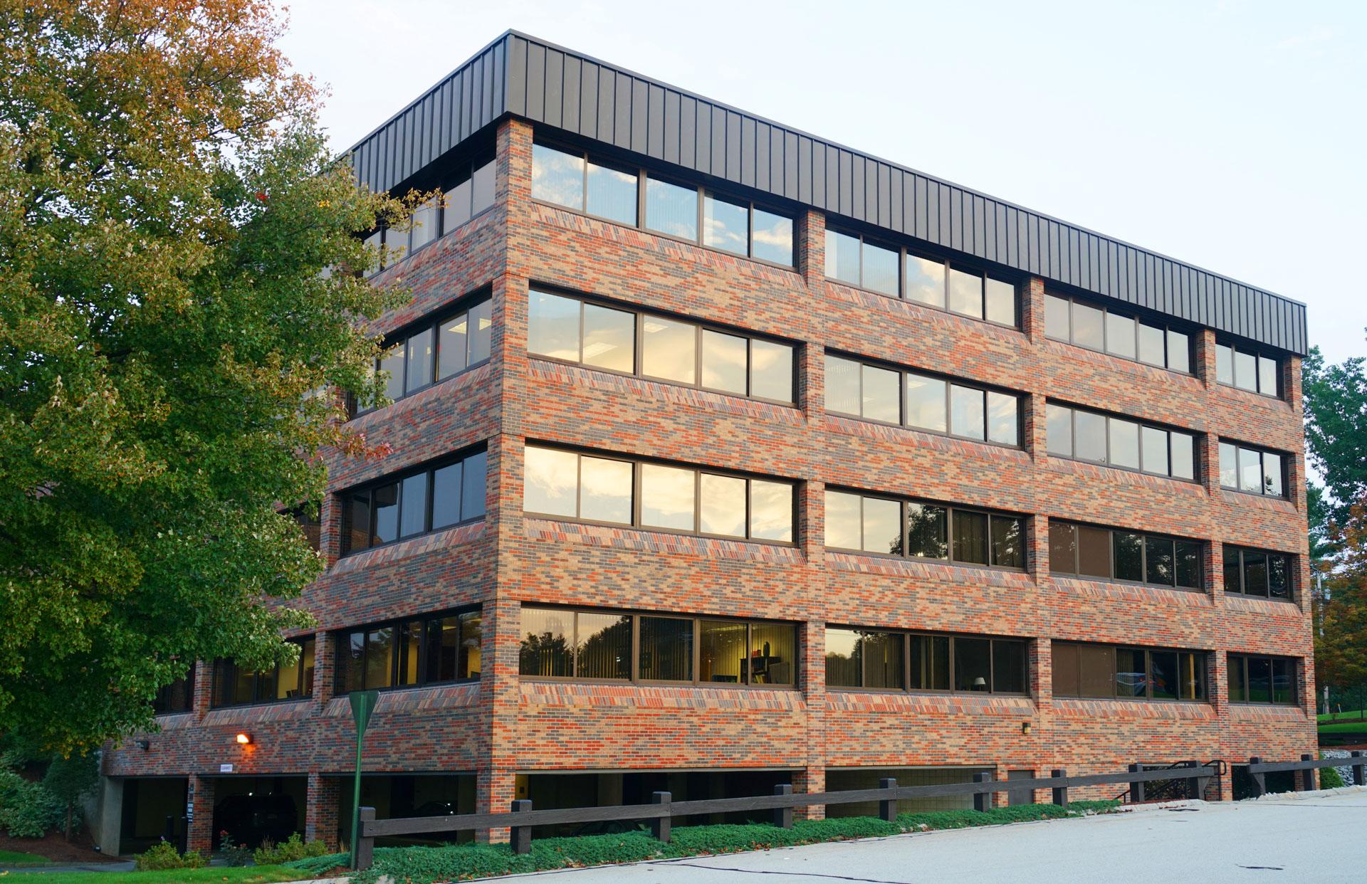 einzelnes Bürogebäude außen im Industriegebiet