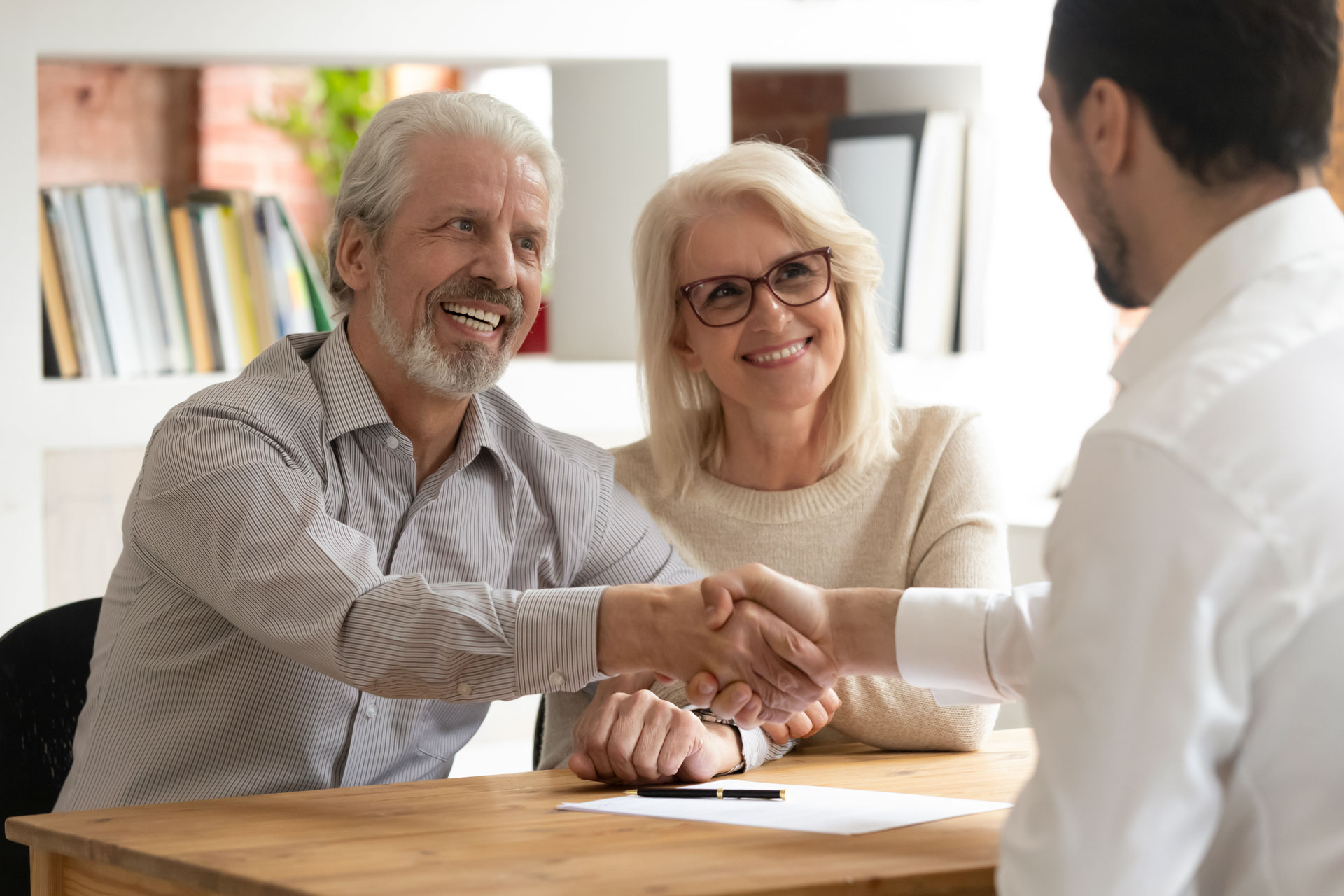 Glückliche älteres Paar machen finanzielle Versicherung mit einer Immobilie – die beste Altersvorsorge!